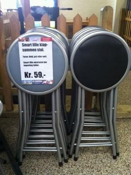 Lille praktisk klapstol som fåes i farverne grå, sort og hvis til kr. 59,-.