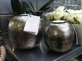 Flotte Ball-fyrfadsstager fra Home i 2 størrelser. Den lille koster kr. 59,- og den store kr. 89,-