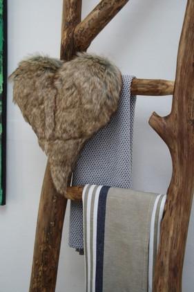 Dekorativ og rustik træstige, til at hænge viskestykker og lignende på - hygger i et køkken, med ellers hovedsaglig 'hårde' materialer.