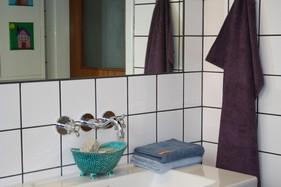 Med forskellig farver håndklæder i et ellers 'farveløst' badeværelse, friskes rummet hurtigt op.