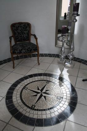 Gulvet i entreen, med flere farver marmor.