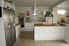 Køkkenet blev flyttet til modsatte ende af huset, og udskiftet med dette Invita køkken. Et åbent og funktionelt køkken.