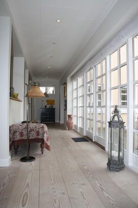 'Glasgangen' blev bygget på, og forbinder tårnet med det øvrige af huset. Til venstre, mellem søjlerne er køkkenet, og ud gennem glas dørene er gårdhaven.