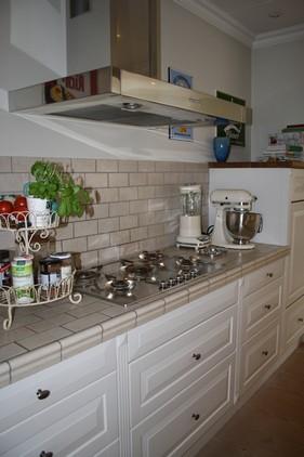 Fliser på bordpladen ved kogesektionen, fungerer rigtig fint i dette køkken