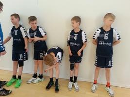 U10 Drenge (Mejrup) sætter sig op til søndagens første kamp. Der udstråles en smule træthed (forståeligt nok).