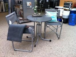 Lille rundt Wersalit-bord Ø70 og Lafuma instruktørstole dertil - pude fra Sia og gråt tæppe fra Outwell