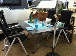 Det største Wersalit-bord med boulevard-ben og dertil Prime-stole fra Westfield - sort hynde dertil fra WeCamp og puder fra Sia