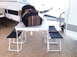 Smart lille picnicbord fra EasyCamp med bord og 4 klapstole. Picnic-taskerne er fra Outwell til henholdsvis 2 og 4 personer