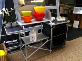 Køkkenbord fra EasyCamp og skålesæt fra Gimex - orkideer fra Sia