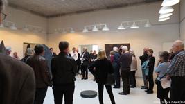Mange gæster deltog i åbningen af den flotte udstilling med Erland Knudssøns værker. De smukke rum og kunsten klæder denne gang hinanden i udsøgt grad.