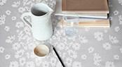 Et smukt bord til hverdag og fest med en damaskdug, designet af kendte danske og udenlandske designere