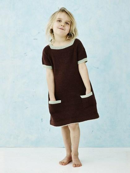 Kortærmet kjole med kontrastkanter