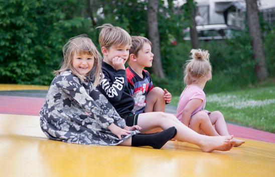 Glade børn på legepladsen