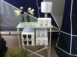 Køkkenbord fra Outwell til kr. 379,- og lampesæt som fås i farverne hvid og sort til kr. 129,- for 2 stk.