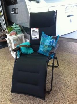 """Lækker, lækker relaxstol """"Evolution Air Comfort"""" fra Lafuma i åndbart og hurtigtørrende betræk og med træarmlæn.  Vægt: 9,3kg Sammemklappet mål: 98x71x17cm   Pris kr. 1.899,-"""