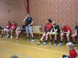 Trætte børn efter en dag i håndboldens tegn