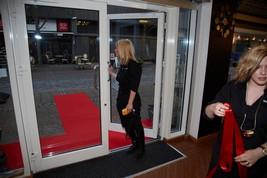 Den røde løber, og silkebåndet bliver gjort klar til receptionen