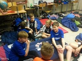 U12 drenge hygger i deres klasselokale imellem kampene. Til Kondi Cup er det sociale samvær i højsædet.