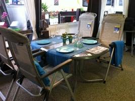 Wersalit-bord oval med boulevard-ben og dertil den italienske Kerry-stol i platin fra Brunner