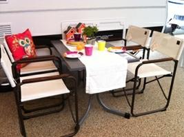 Firkantet Wersalit-bord med boulevard-ben og dertil hvide Lafuma instruktørstole.