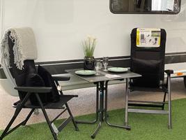 """De flotte små borde i """"beton-look"""" som fås i 70x70cm eller 80x80cm - hertil de lækre Lifestole-stole fra Brunner"""