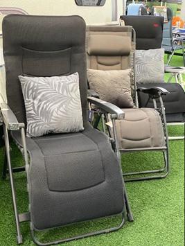 Vi har altid et stort udvalg af relax-stole til forteltet eller terassen derhjemme - her et lille udvalg nogle af vores mærker - her er vist Westfield, We-Camp og Brunner
