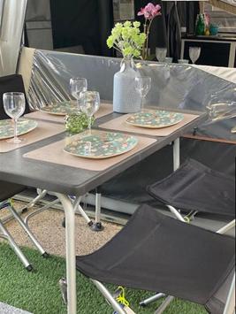 Dette flotte Superb-bord fra Westfield måler 115x70 - perfekt mål til den kørende campist - på bordet er noget at det flotte service vi har fra Rice