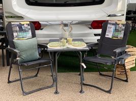 Westfield bøjlebens-stole uden position og det lille bord fra DCT der måler 60x80cm - perfekt sæt til bagagerummet i bilen - på bordet service fra Rice