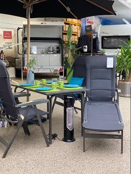 Elegant sæt fra Westfield - Advantage-serien - her er vist bordet, 4 stole og fodstøtten fra denne serie - på bordet service fra Rice - den lille varmer er helt perfekt under bordet til de kolde aftener