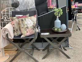 Instruktør-stolen er fra Westfield og ligeledes det lille bakkebord med skammel under - også fra Westfield - puder og tæppe fra Compliments