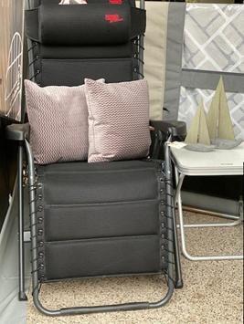 Relaxstolen fra Crespo og puder fra Compliments - ved siden af den lille klapstol fra Westfield med passende bordplade også fra Westfield