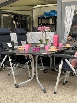 Det store fastliggerbord fra Sieger med boulevardben - hertil stole fra Isabella bl.a. den lille børnestol og på bordet service fra Rice