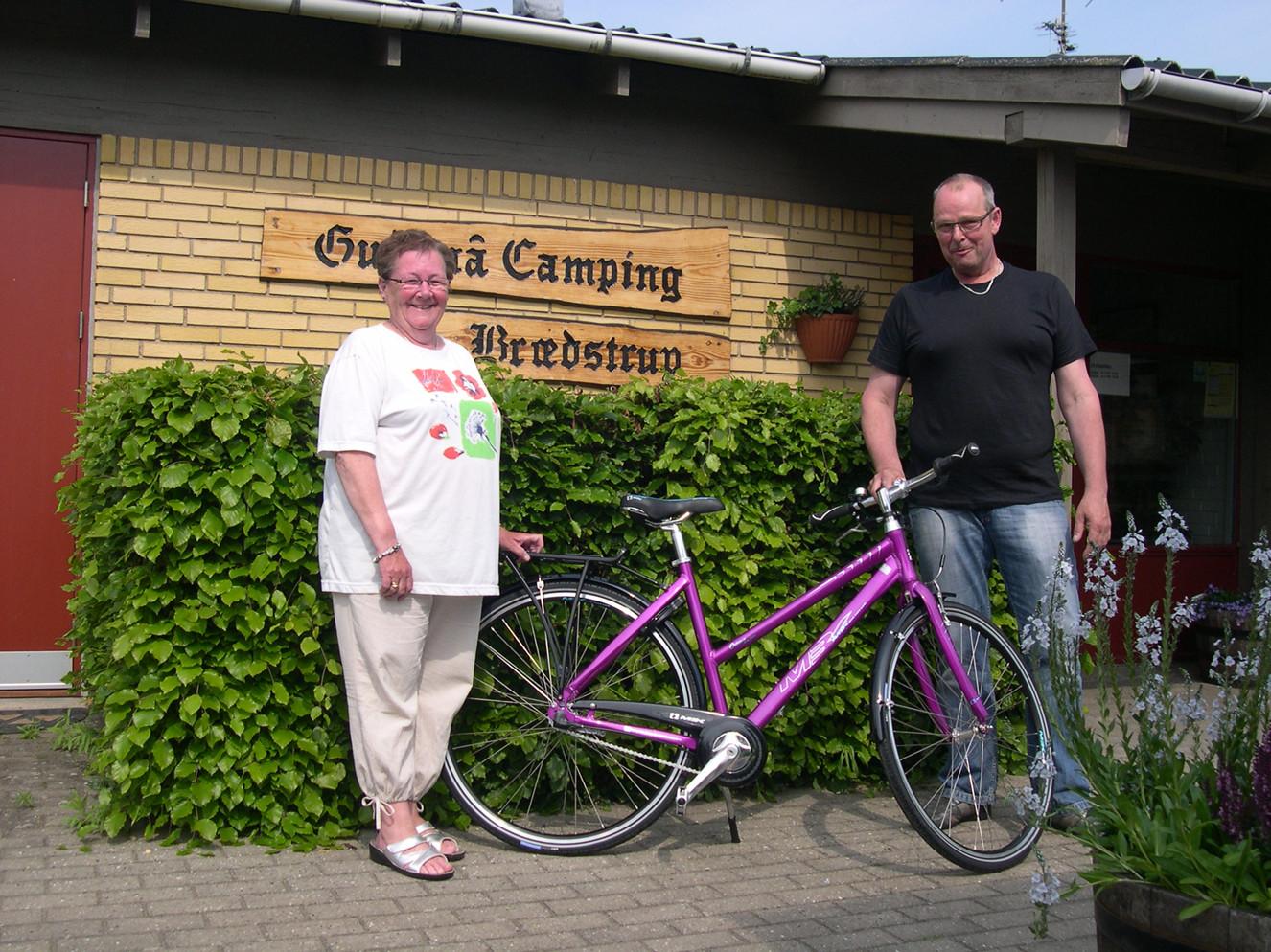 På fotoet: Inger Hansen, med sin nyanskaffede cykel, og cykelhandler Finn Johansen, Østbyens Cykler i Horsens, der sponserede cyklen.