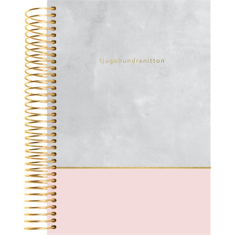 Spiralkalender Mayland 2019 tekstilpræg rosa-grå 12 x 17 cm 1 dag/side - 19 2080 20