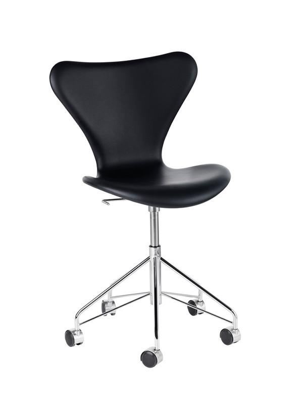 3117 kontorstol, fuldpolstret sort Soft læder af Arne Jacobsen