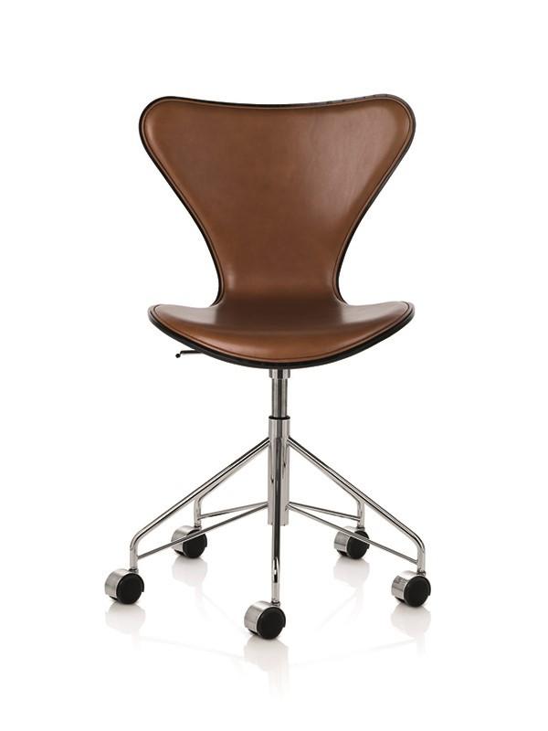 3117 kontorstol, forsidepolstret valnød Wild læder af Arne Jacobsen