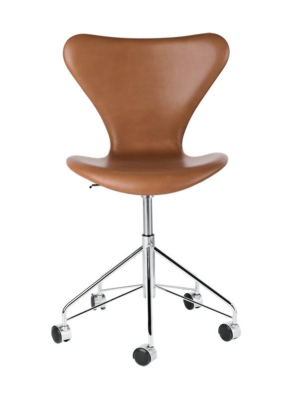 3117 kontorstol, fuldpolstret valnød Wild læder af Arne Jacobsen