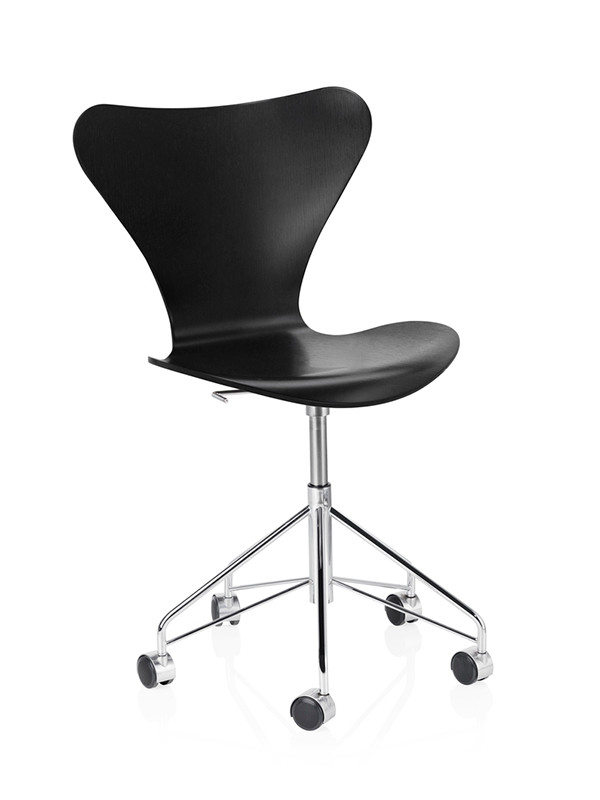 3117 kontorstol i farvet ask af Arne Jacobsen