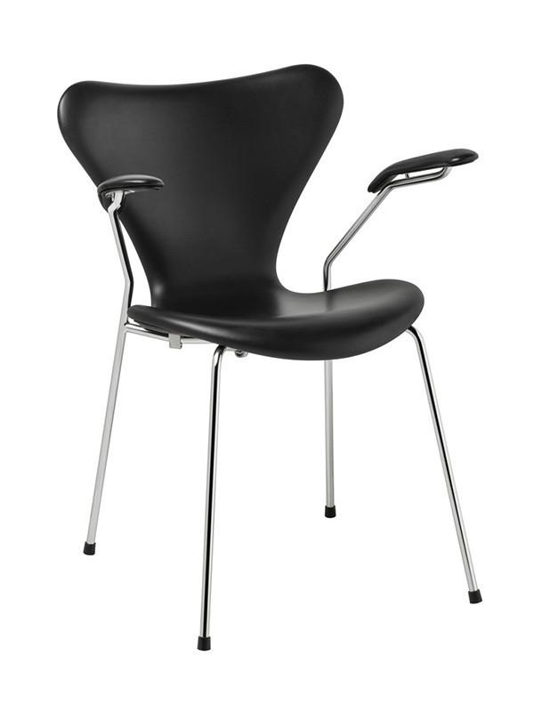 3207 armstol, fuldpolstret sort Soft læder af Arne Jacobsen