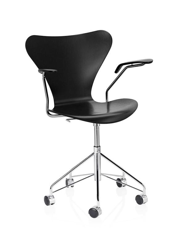 3217 kontorstol i farvet ask af Arne Jacobsen