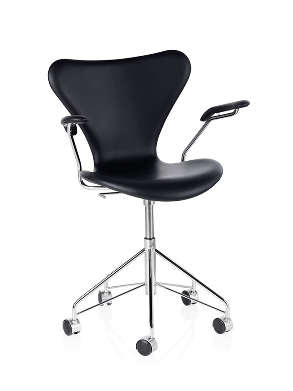 3217 kontorstol, fuldpolstret sort Essential læder af Arne Jacobsen