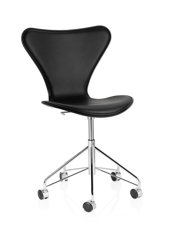 3117 kontorstol, forsidepolstret sort Soft læder af Arne Jacobsen