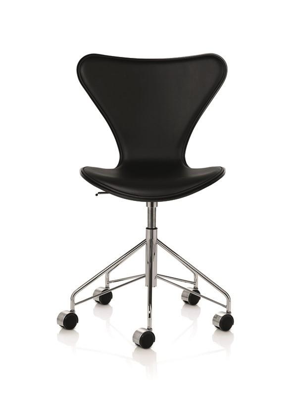 3117 kontorstol, forsidepolstret sort Essential læder af Arne Jacobsen