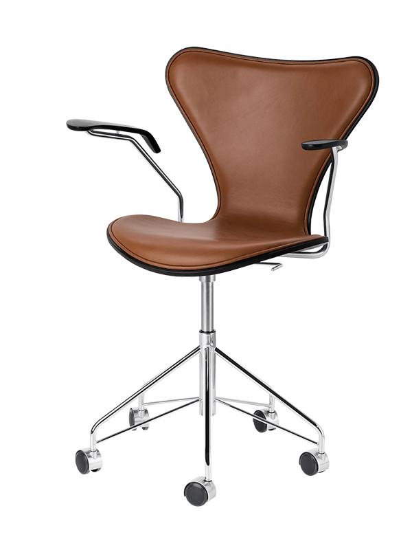 3217 kontorstol, forsidepolstret valnød Wild læder af Arne Jacobsen