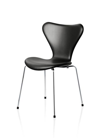 7er stol med sort læder fra Fritz Hansen