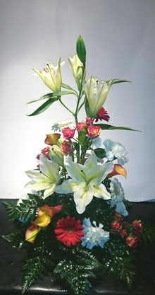 Høj båredekoration med liljer.