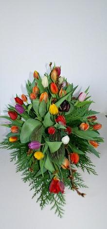 Båredekoration med tulipaner