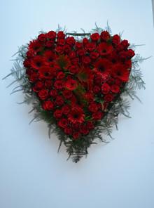 Begravelseshjerte med røde roser
