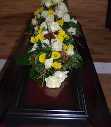 Kistepynt med påskeliljer og roser
