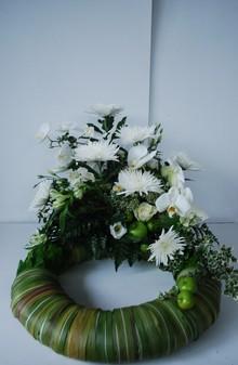 Krans i hvide farver med græsser.